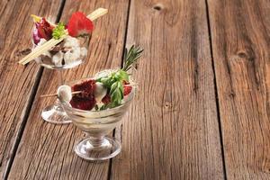 Aperitivos de queso en platos de vidrio. foto