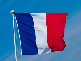 Bandera francesa de Francia sobre el cielo azul foto
