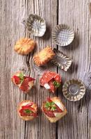 aperitivos y latas pequeñas de tartaleta foto