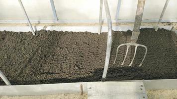 cavaron camas en el invernadero foto