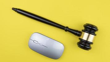 juez martillo sobre fondo claro, vista superior. concepto de ley foto