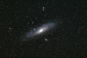 La galaxia de Andrómeda ilumina el espacio oscuro. foto