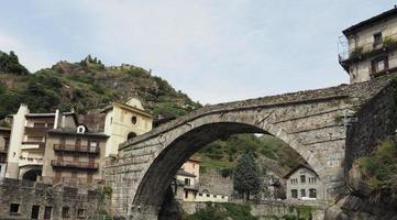 puente romano en pont saint martin foto