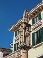 Antiguo santuario medieval en Verona foto