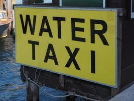 Signo de taxi acuático en Venecia. foto