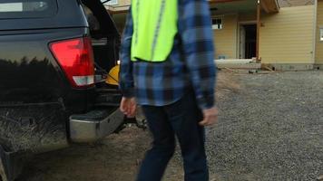 Los trabajadores de la construcción obtienen herramientas del camión. video
