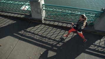 Toma de cámara lenta de mujer corriendo, filmada en phantom flex 4k video