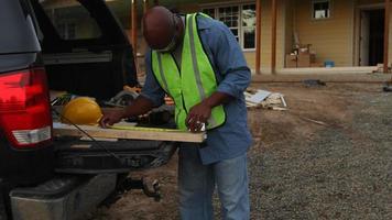 tabla de cortar de trabajador de la construcción video