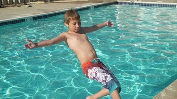 niño chapoteando en la piscina en cámara lenta, rodada en phantom flex 4k video