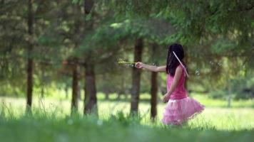cámara lenta, niña agita la varita de burbujas, filmada en phantom flex 4k video