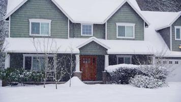 extérieur de la maison dans la tempête de neige video