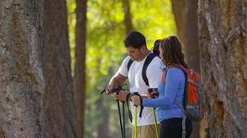 Par de caminatas al aire libre mirar a través de binoculares video