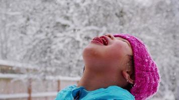 fille attraper des flocons de neige sur la langue video