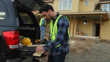 trabajador de la construcción cortando revestimiento video