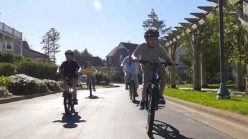 famille, faire du vélo dans la communauté côtière video