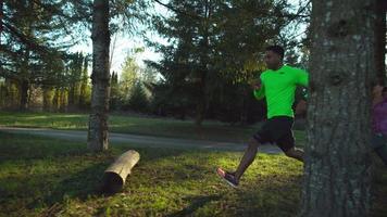 Toma de cámara lenta de personas corriendo al aire libre, filmada en phantom flex 4k video