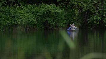 pesca com mosca no lago video
