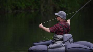 homem pescando com mosca no lago video