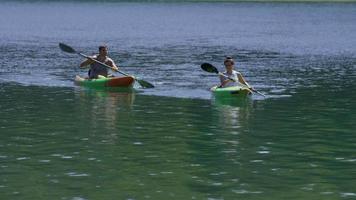 casal passeando de caiaque no lago video