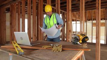 trabajador de la construcción mirando planos de casas video