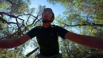 pov actiecamera shot van man rijdende mountainbike video
