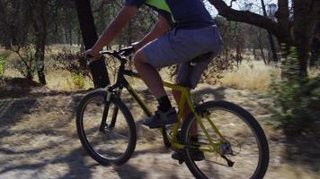 close-up volg shot van man rijden mountainbike in de natuur video