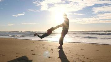 far som snurrar barn på stranden video
