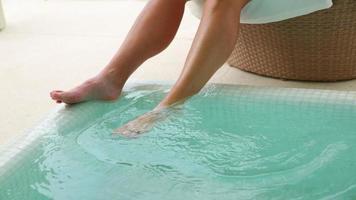 femme, à, pieds, dans, piscine, à, tropical, resort video