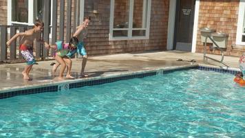 niños saltando a la piscina en cámara lenta, filmada en phantom flex 4k video