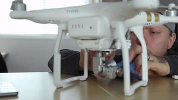 homem no escritório trabalhando com drone video