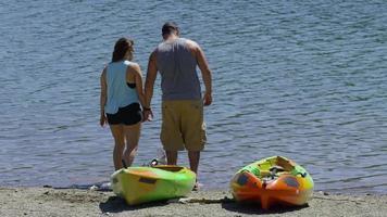 casal com caiaques olha para o lago video