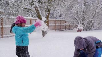enfants jouant dans la neige video