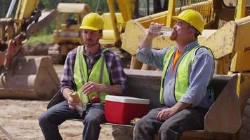 deux cols bleus en train de déjeuner sur le chantier video
