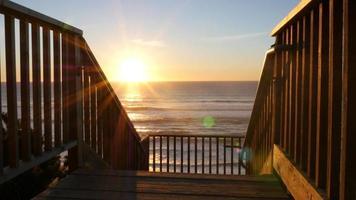 solnedgång vid gångväg till stranden video