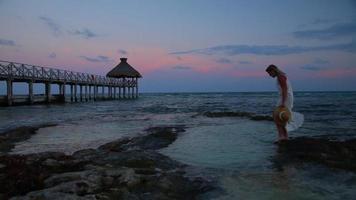 femme au tropical resort video