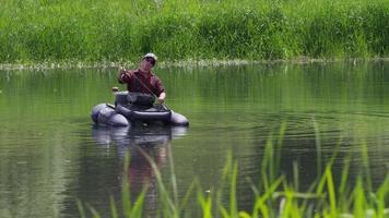 foto em câmera lenta de homem pescando com mosca video