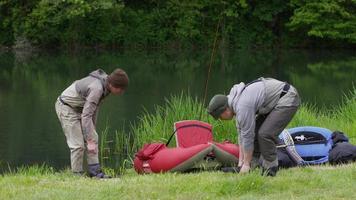 pescadores com mosca se preparem para a pesca video