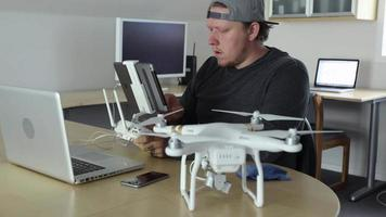 homem no escritório programando drone video