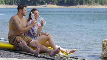 pareja, sentarse, por, lago, con, stand up paddle, tablas, agua potable video