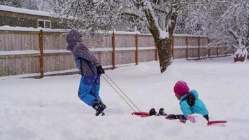 enfants tirant un traîneau dans la neige video