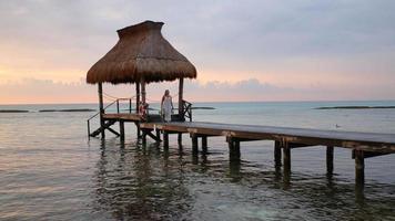 Femme marchant sur la jetée du tropical resort video