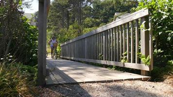 casal andando de bicicleta pela ponte video