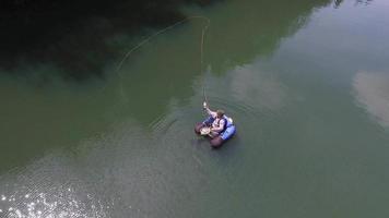 foto aérea de pescador com mosca video
