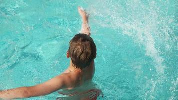 niño chapoteando en la piscina, rodado en phantom flex 4k video