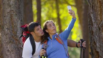 pareja, senderismo, al aire libre, parada, para, tomar, selfie video