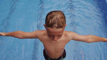 pojke som faller i poolen, slowmotion. video