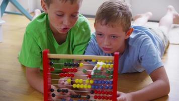 dois meninos brincando com o ábaco. video