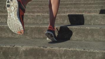 Tiro de cámara lenta de primer plano de mujer corriendo, rodada en phantom flex 4k video