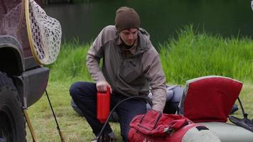 pescador com mosca bombeando tubo flutuante video