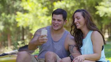 casal ao ar livre tirando selfies no celular video